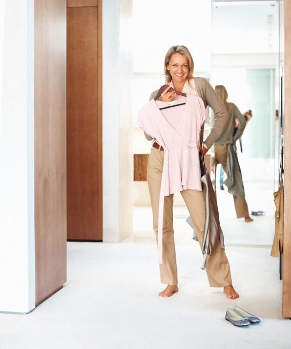 """Ważne jest, aby w swojej garderobie mieć ubrania klasyczne, które stanowić będą taką """"wyjściową bazę"""" tj. biała koszula, dopasowane do figury spodnie, kardigan, sukienka na co dzień, prosta w kroju spódnica."""